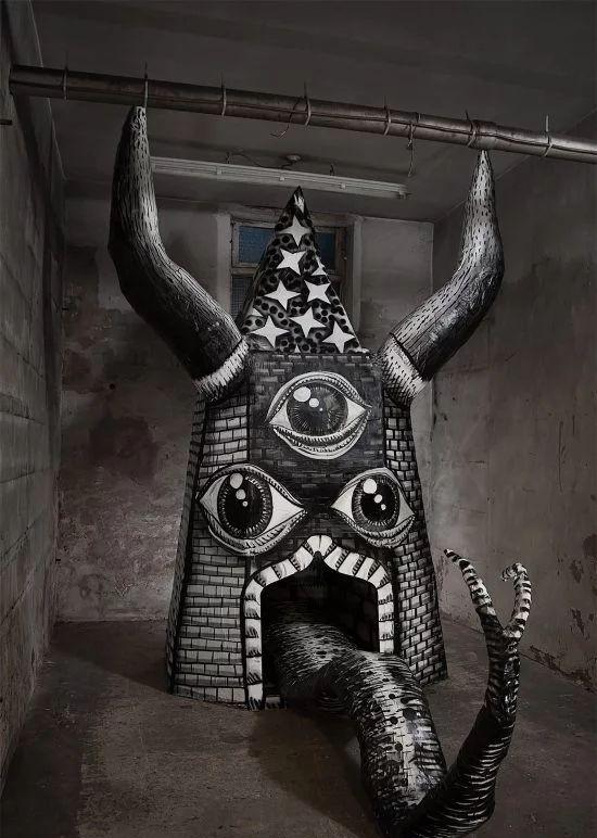 街头艺术家Phlegm创作的标志性人物的巨大雕塑