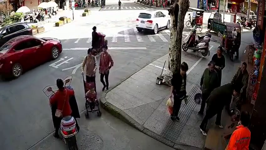 三轮车开上人行道,下车后忘记熄火,三轮车竟自己动了起来