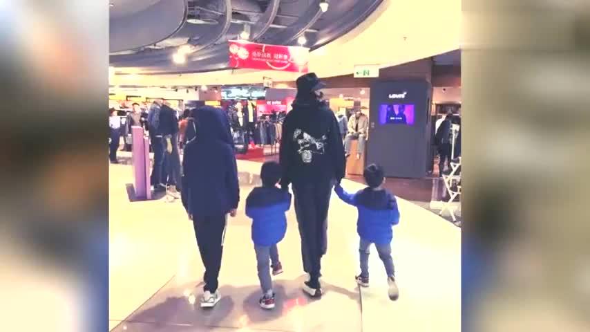 林志颖娇妻带儿子们购物 Kimi风暴成长大长腿抢镜