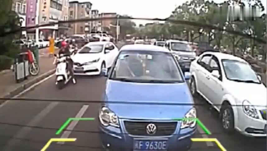 俩轮的女司机不好惹,人家还没碰到你呢,你就先动手了
