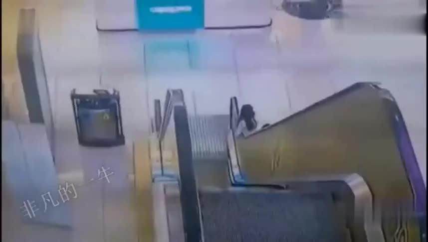 小孩电梯旁玩耍,妈妈发现不对劲5秒后出事了