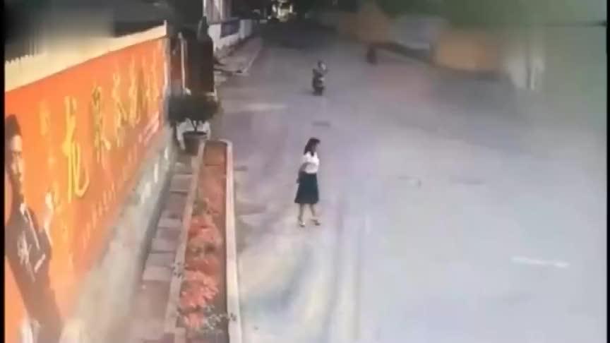 小姐姐在路口来回徘徊过来一男子,3秒后太荒唐了