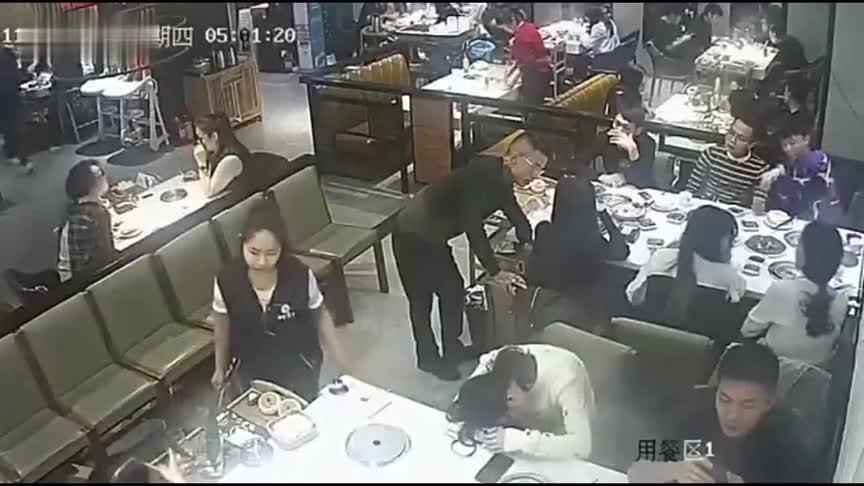 男子搭讪美女惹怒同桌男子,接下来难以置信