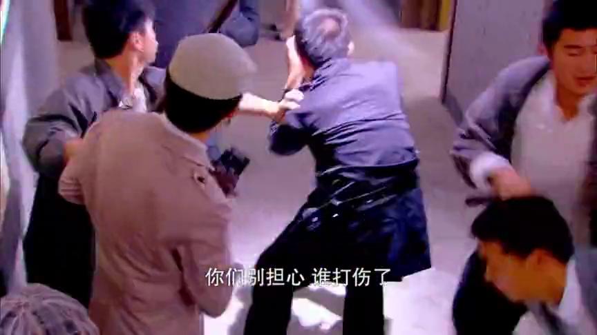 警察公然动手打人,为防止被曝光,媒体均被赶出现场!