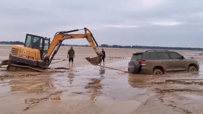 这就是有钱人的生活,开着越野车非要往泥巴里开,这下可好了!