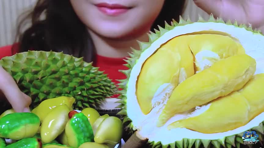 小姐姐吃泰国流行的甜点小榴莲吃着香甜可口网友咀嚼声真动听