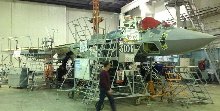 俄军公开首架量产型Su57战机真容 生产线曝光显示组装工作已完成
