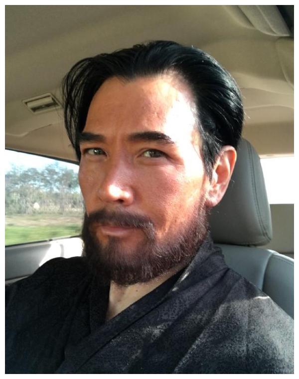 58岁费翔近照曝光!刮掉胡子撞脸梁朝伟,帅到像吃了防腐剂