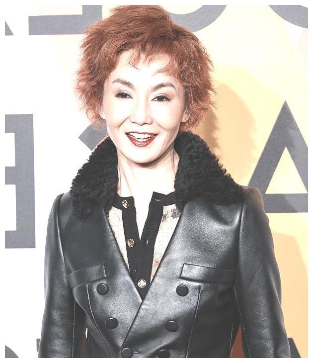 54岁张曼玉回来了,笑容看起来像74岁,网友却关注她的颧骨和颈部