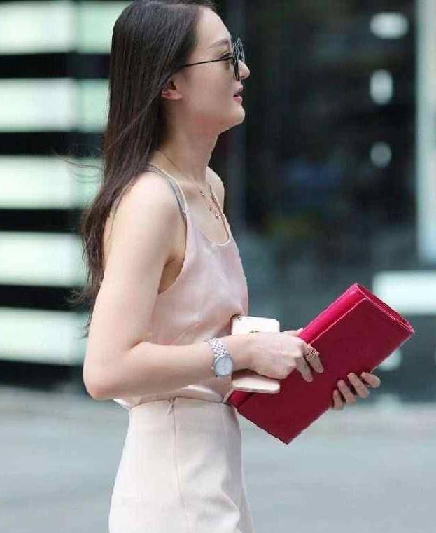 街拍时尚小姐姐,穿着清凉,大秀曼妙身材,真是惊艳到了