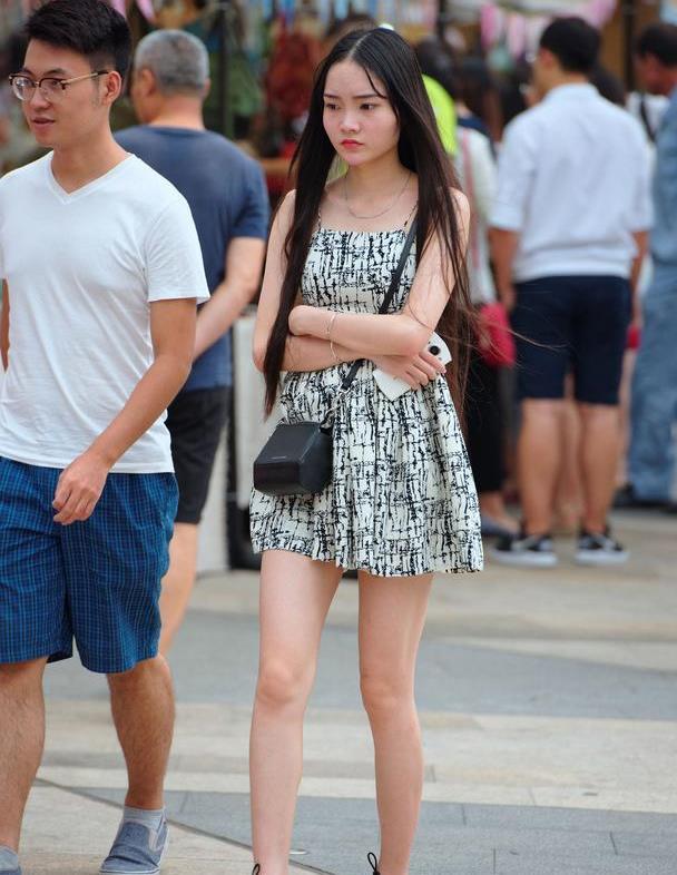 路人街拍:黑白风连衣裙的小美女,生气的样子好可爱!