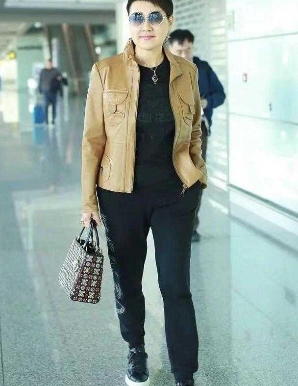 张凯丽年纪越大越会穿,穿皮衣搭运动裤走机场,57岁不见岁月感!