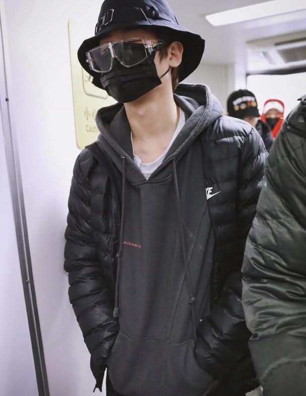 """帅气弟弟黄明昊变成""""黑衣人"""",有种时尚叫做黄明昊""""懒得打扮"""""""