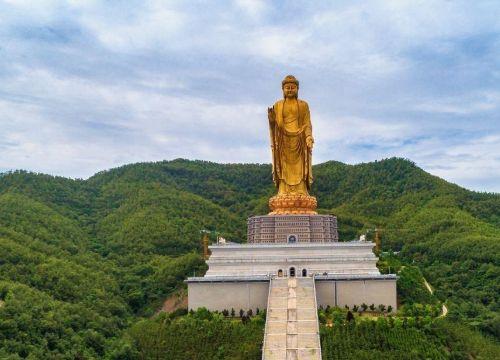 地球上一个的佛像,造价十亿多有六十层大楼高,位于我国北方