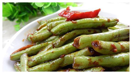 美味菜谱推荐:素炒滑菇,酱焖豆角,猪蹄莲藕芦笋汤的做法