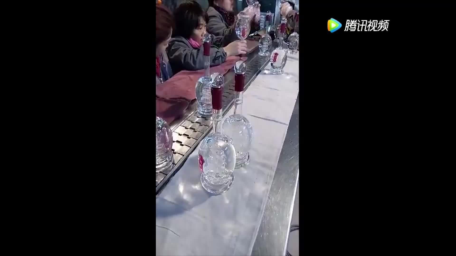 这些员工正在检查白酒的纯度我也喜欢这份工作