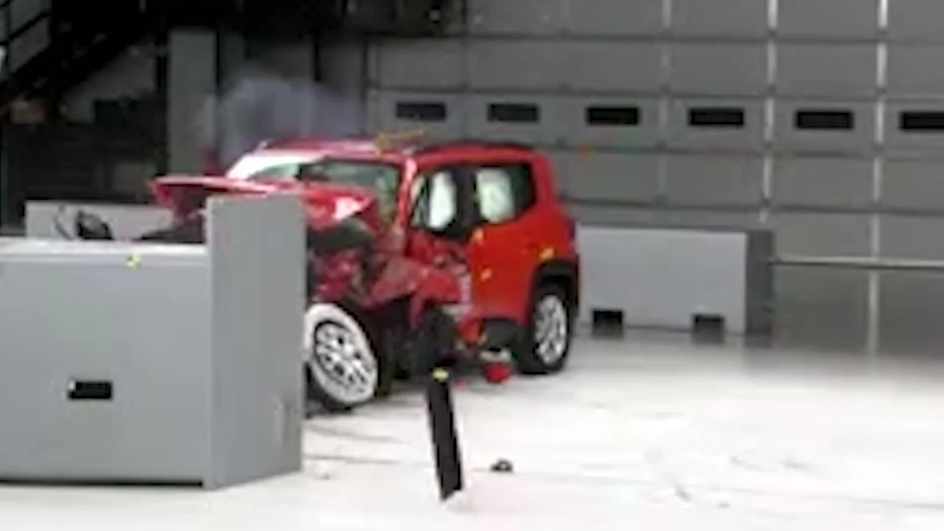 视频:现在新车都注重安全JEEP自由侠碰撞测试来了