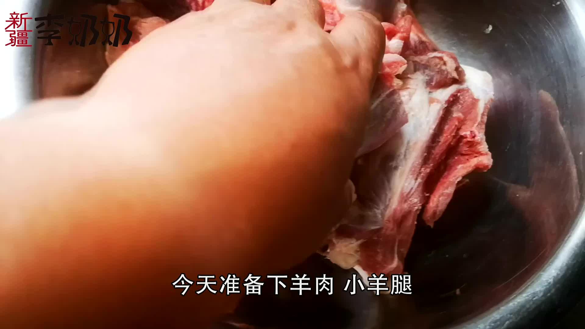 新疆的小锅抓饭,配上当地的皮辣红,三碗米饭都不够!