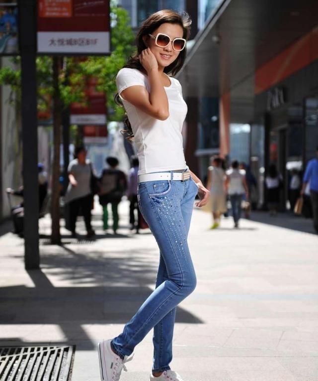 街拍:与时俱进的时尚穿搭,展示出独特的魅力,成为街头潮流达人