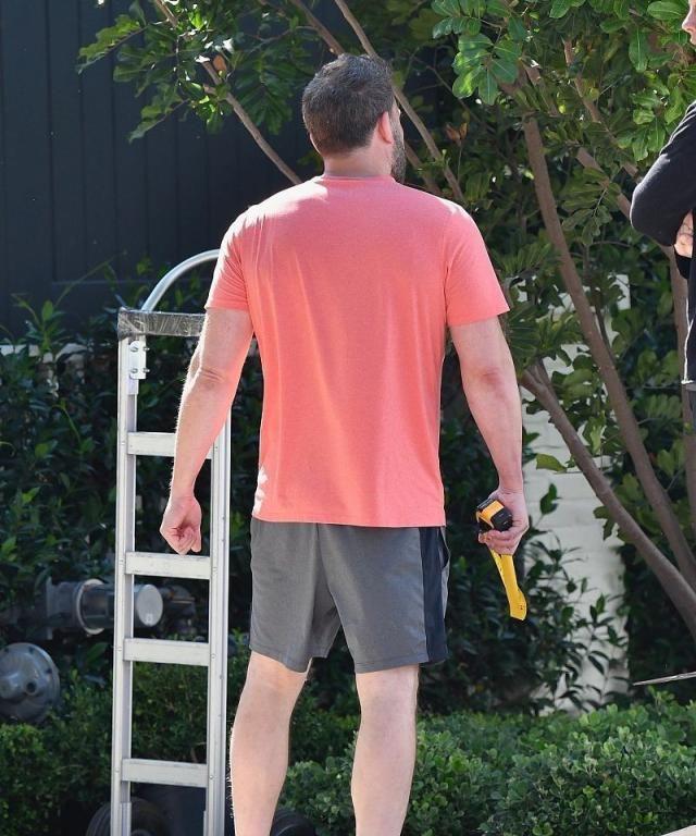 本·阿弗莱克背影雄壮很有男人味,家居搬运亲自上阵监督