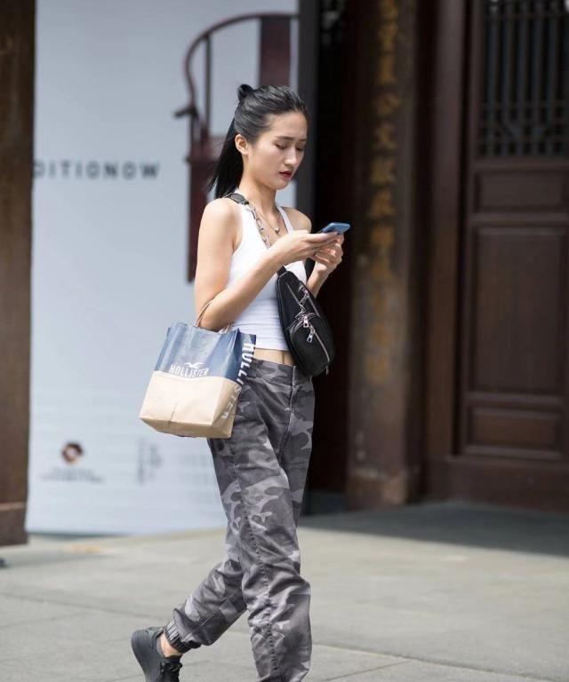 街拍:小姐姐白色吊带上衣搭配迷彩长裤,身材高挑酷劲十足