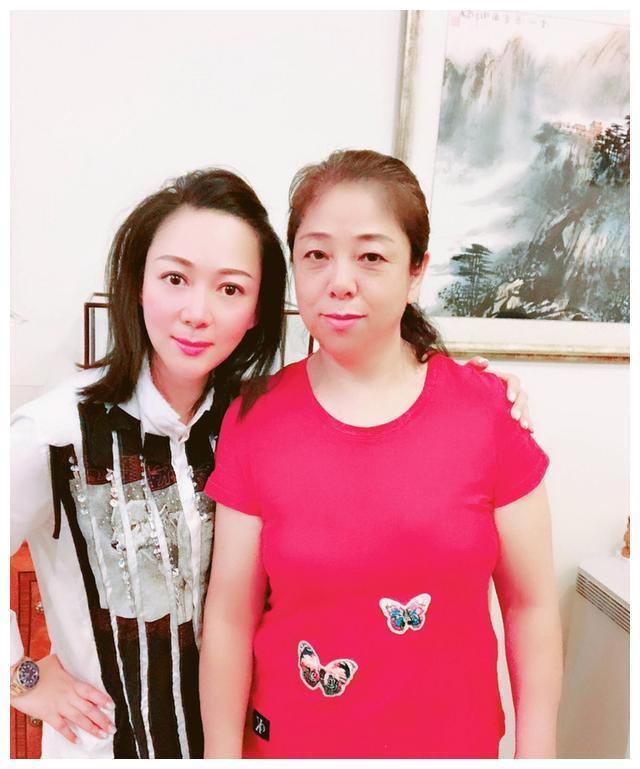 吴佩慈婆婆在香港3亿豪宅大宴宾客,长相普通却受过奥巴马接见