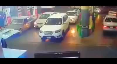 一车主加油站加油没把引擎熄火引起火灾