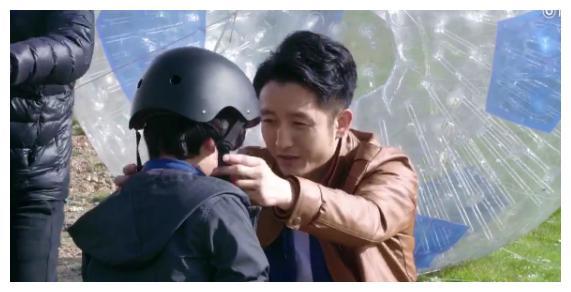 邹市明带儿子拍广告:轩轩在球里蹬着翻下山坡,他开车在后面追