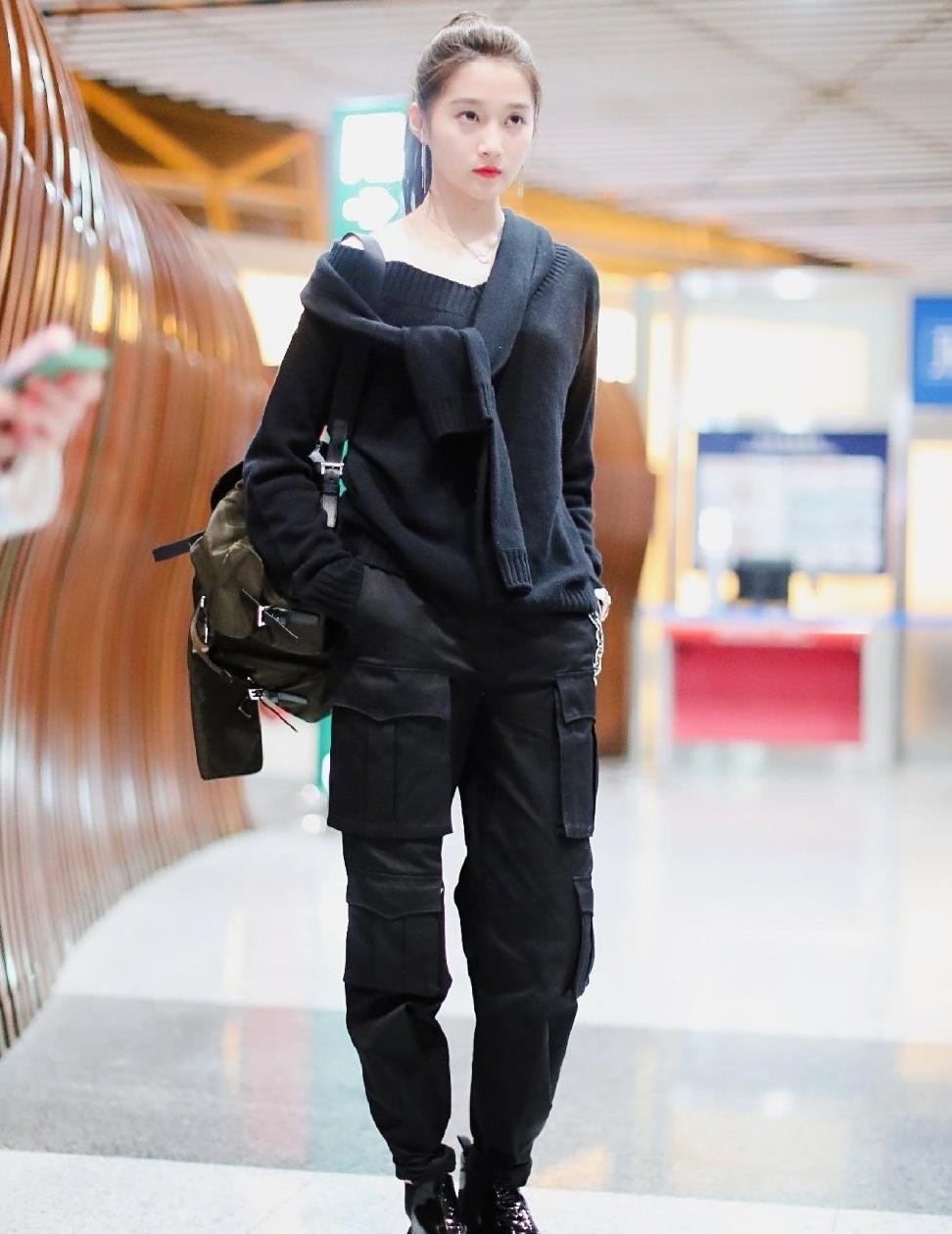 关晓彤难得帅气一回,穿工装裤配短靴好时髦,扎高马尾气场真强大