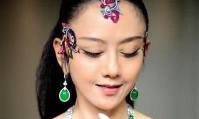 """日常生活都是助理帮助完成,杨丽萍把生活过成了""""老佛爷""""的样子"""