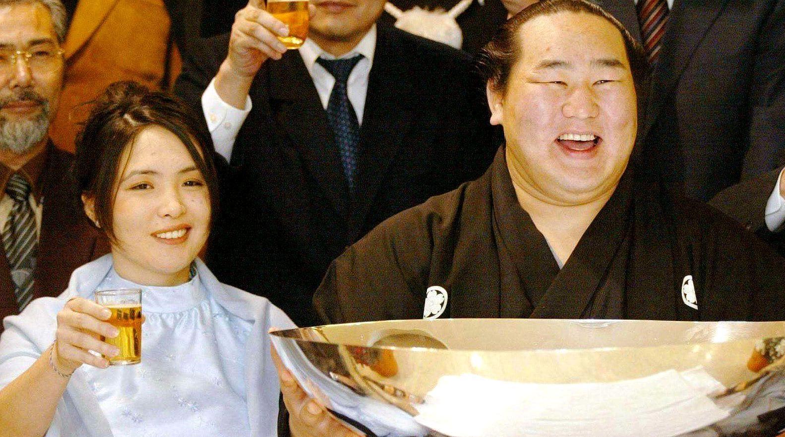 旅游时看到这群日本人,他们虽长得既胖又难看,但是老婆却很漂亮