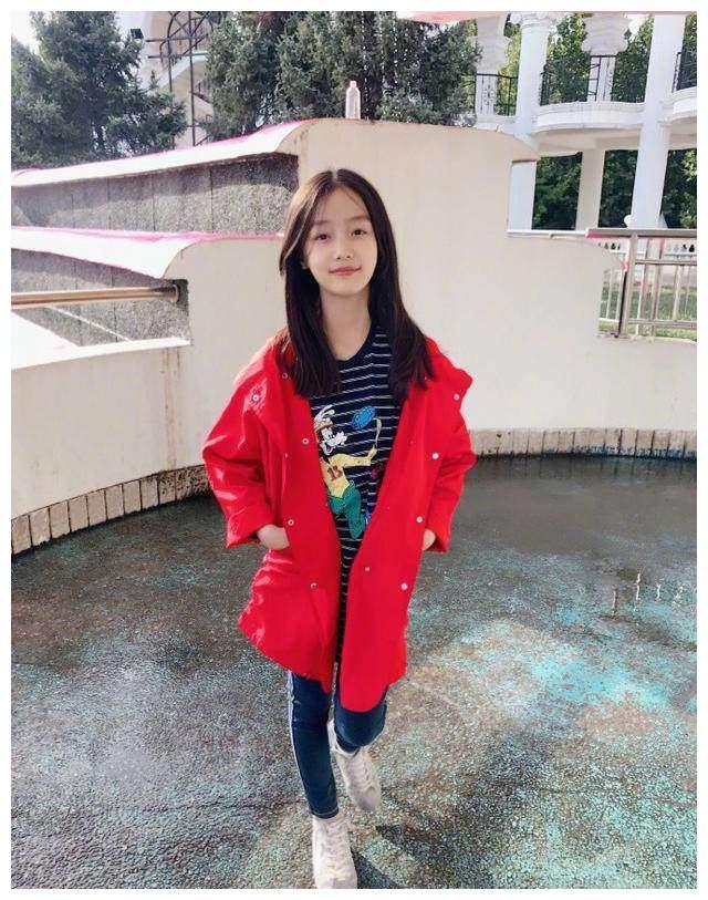 小童星纪姿含今年十岁了,青春靓丽气质不输关晓彤