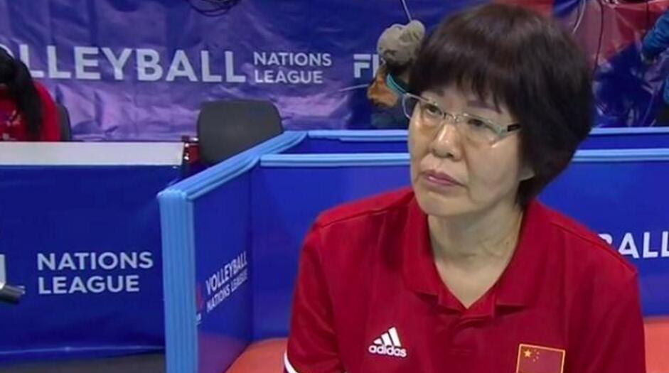 """郎妈上线!赛场上的严厉教练,赛后她是女排姑娘的贴心""""棉袄"""""""