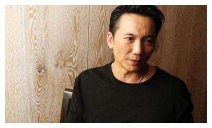 49岁武打星邹兆龙,和他的模特老婆近照曝光,模特老婆实力抢镜