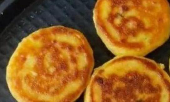 玉米面加入鸡蛋,只需要搅拌一下,5分钟就能完成,松软可口