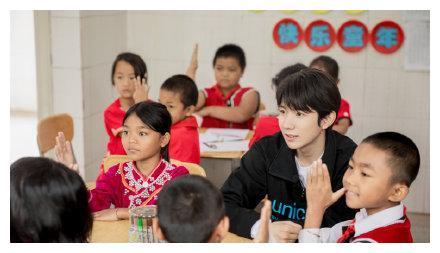 重庆崽儿王源作为联合国儿童基金会大使来到云南,和当地孩子跳竹