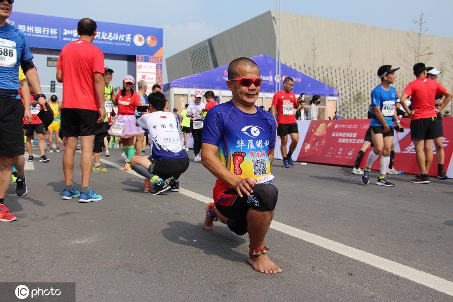 """五旬男子光脚跑完42公里马拉松,脚底厚茧被赞""""赤脚大仙"""""""