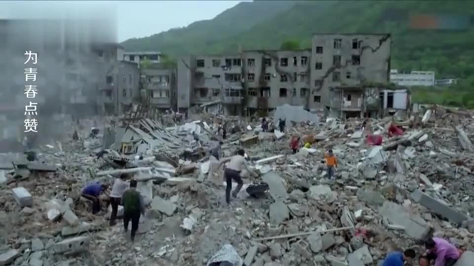 男子回到家眼前变成一片废墟朝着废墟缝隙大声呼喊老婆的名字