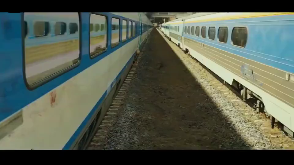 釜山行:列车长去找其他火车,不料刚上一辆车,车上都是丧尸