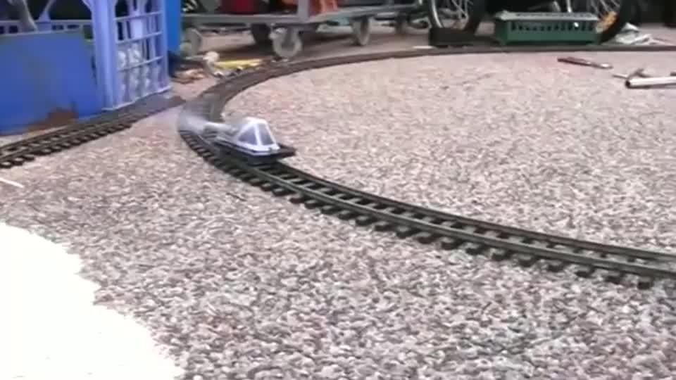 牛人发明:用鞭炮驱动的火车头,速度竟可以那么快