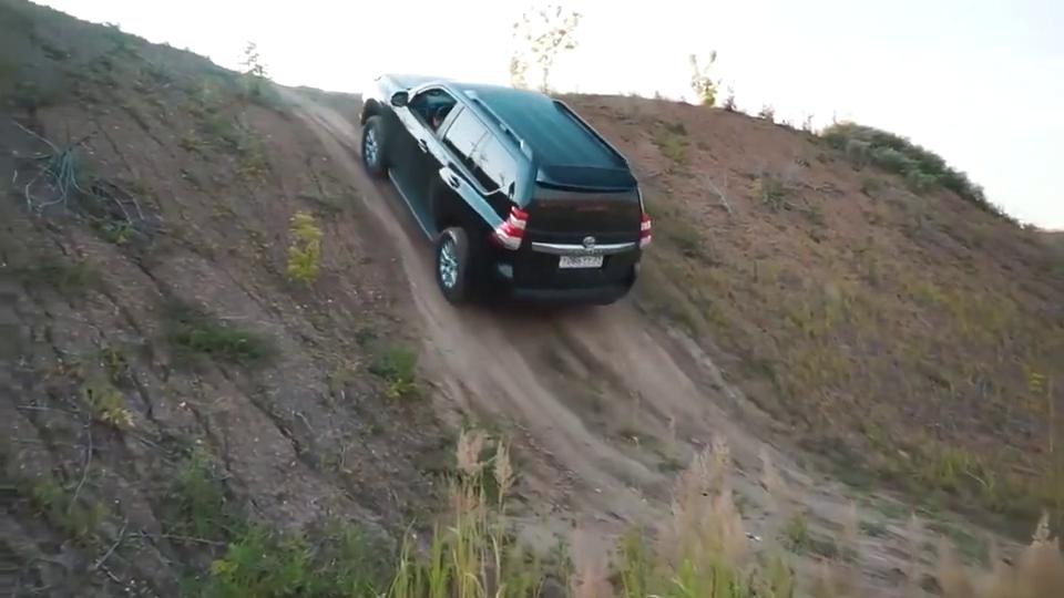 视频:想知道丰田霸道和三菱翼神谁更强?让它们试试上坡就知道差别了!