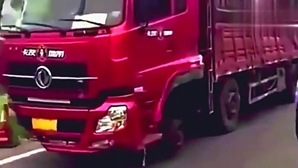 大货车在高速出口被交警拦下,这样的车头司机还敢可