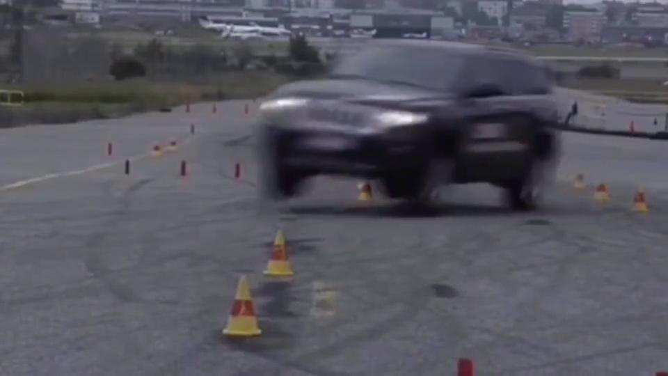 大切诺基麋鹿测试,时速79KM,侧倾严重前轮爆胎!