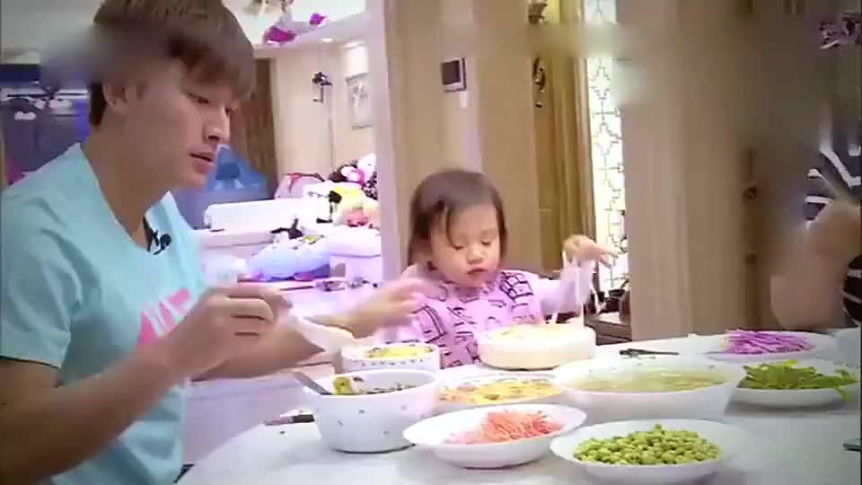 贾乃亮在家吃饭拿错李小璐的筷子女儿甜馨不停地提醒他