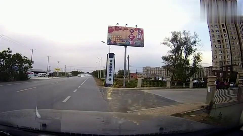 视频:厉害了老司机!五菱之光自带出场特效,腾云驾雾而来
