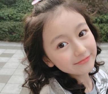 """记得""""最美童星""""裴佳欣吗,当她穿上西装换成银发,帅出新高度"""
