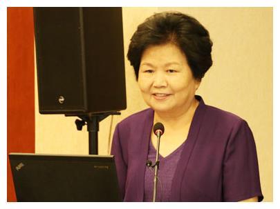 她是央视金牌主持,为央视奉献35年,如今年近古稀无人问津!