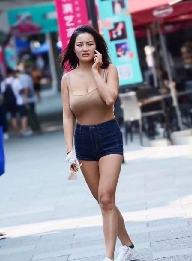 街拍:让人爱不释手的印花裙,展现青春时尚的魅力!