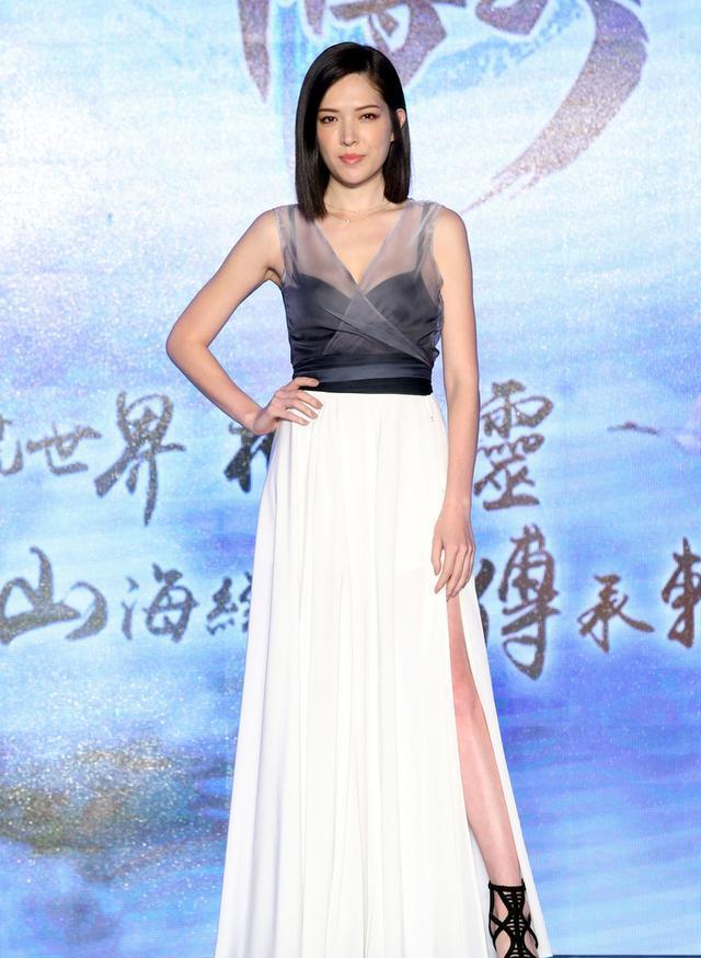 林心如闺蜜许玮甯出席活动,深灰色透视裙优雅时尚,好身材挡不住