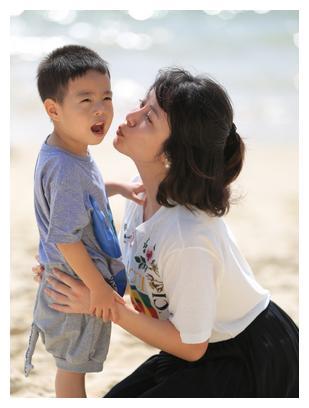 结束与刘威的老少恋,杨若兮嫁给连奕名,儿子福哥更是颜值很高